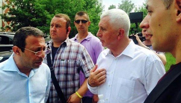 Геннадий Корбан (слева) и Анатолий Матвиенко (второй справа) в день выборов в Чернигове