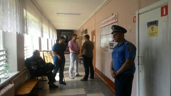 Народный депутаты Андрей Лозовой и Борис Филатов на избирательном участке в Чернигове