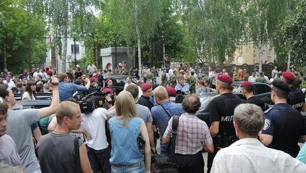 В Чернигове заблокировали машину, водителя и пассажиров подозревают в подкупе