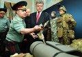 Министр обороны Степан Полторак показывает Петру Порошенко образцы новой формы ВСУ