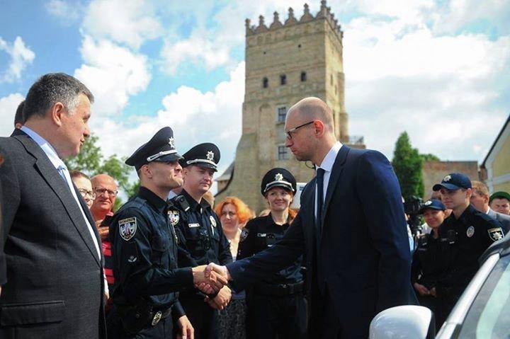 Яценюк и Аваков дали старт набору в патрульную полицию Луцка