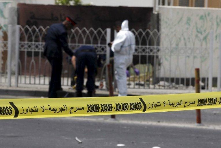 Специалисты-взрывотехники на месте взрыва в Ситре (на юге Бахрейна). При взрыве погибли два полицеских.