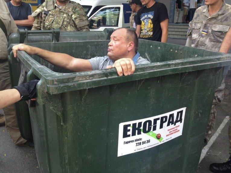 Депутата Одесского горсовета, руководителя одесского отделения Фонда госимущества Алексея Косьмина обсыпали мукой, облили зеленкой и затолкали в мусорный бак