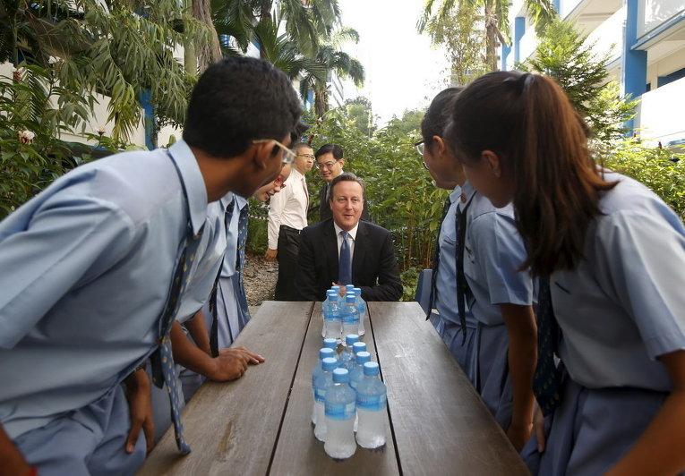 Премьер-министр Великобритании Дэвид Кэмерон встречается со студентами во время его посещения средней школы в Сингапуре