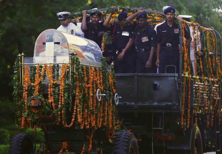 Солдаты сопровождают тело бывшего президента Индии Абдулы Каламы в Нью-Дели