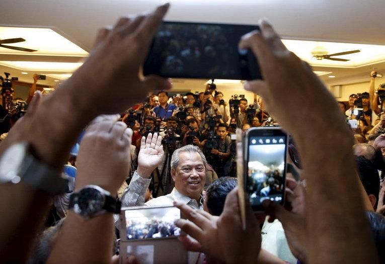 Бывший вице-премьер Малайзии Мухийдин Ясин говорит со СМИ после того, как был уволен во время вчерашней перестановки кабинета в Куала-Лумпуре, Малайзия