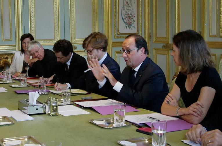 Президент Франции Франсуа Олланд на заседании в Елисейском дворце в Париже