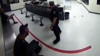 Скандал в полиции США: в участке кормят бездомного, как животное. Видео