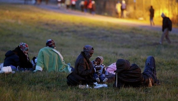 Незаконные мигранты кормят детей рядом во Франции. Архивное фото