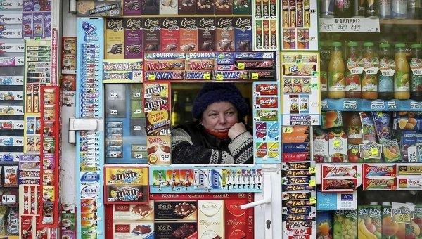 Продавщица в одном из киосков в Киеве. Архивное фото