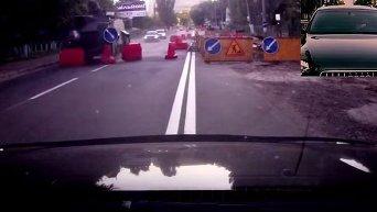 БТР в Киеве снес ограждения. Видео