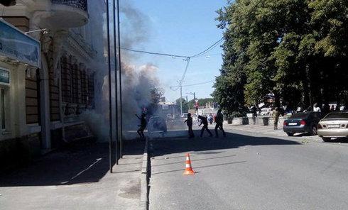 Неизвестные закидывают через разбитые окна дымовые шашки в Харькове