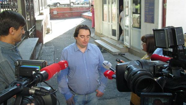 Игорь Гужва перед здание Шевченковского райсуда Киева