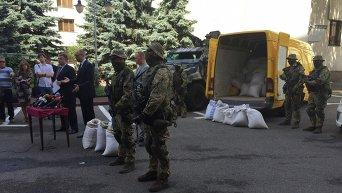Арсен Аваков и Арсений Яценюк демонстрируют партию изъятого незаконно добытого янтаря