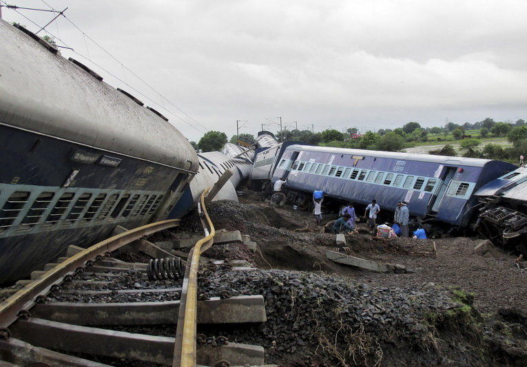 Поврежденные вагоны пассажирских поездов после схода с рельсов в штате Мадхья-Прадеш, Индия