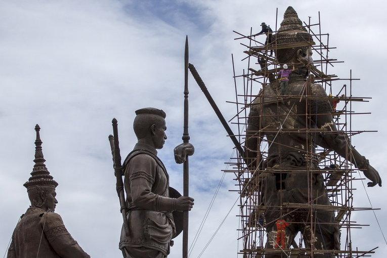 Гигантская бронзовая статуя бывшего короля Рамакхамхэнга в провинции Прачуапкхирикхан, Таиланд