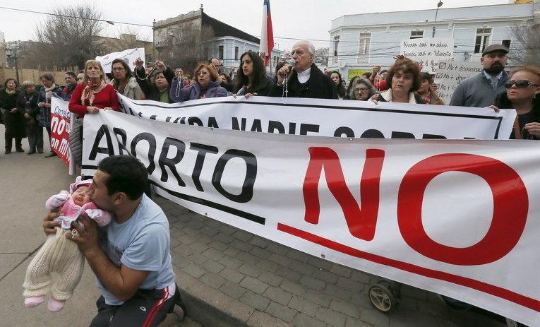 Демонстрация против законопроекта чилийского правительства, которое стремится узаконить аборты, в Вальпараисо