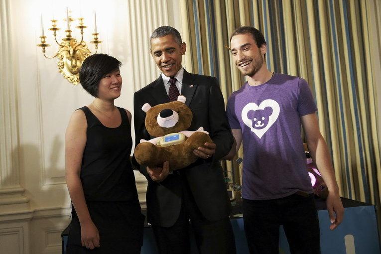 Президент США Барак Обама с сотрудниками технической компании, которая производит игрушку медведя Джерри, который учит детей полезным навыкам, Вашингтон