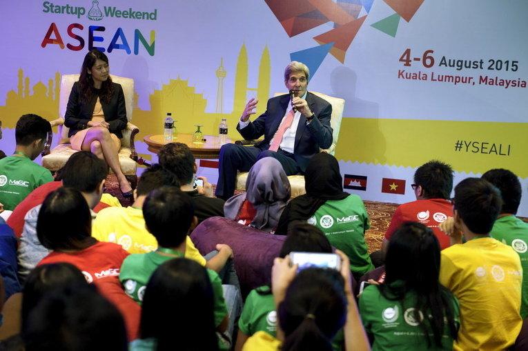 Госсекретарь США Джон Керри говорит во время встречи с молодежью Ассоциации государств Юго-Восточной Азии (АСЕАН) в Куала-Лумпуре