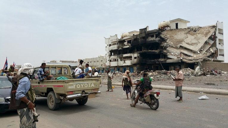 Бойцы, верные бывшему президенту Йемена Абд-Раббу Мансуру Хади, собираются на дороге в южной провинции страны в Лахдже