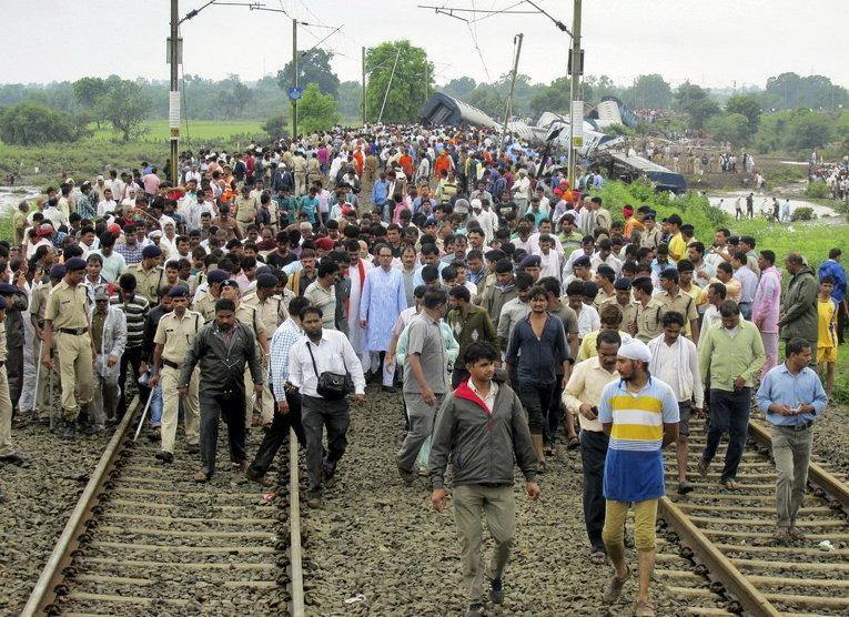 На месте схода с рельсов поездов в штате Мадхья-Прадеш, Индия