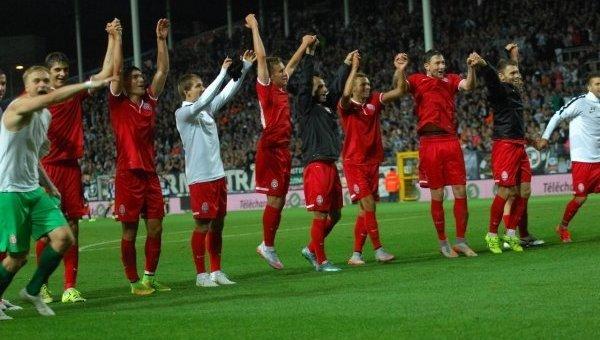 Игроки ФК Заря благодарят болельщиков за поддержку. Архивное фото