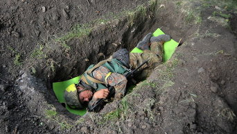 Военный спит в окопе в Иловайске. Архивное фото