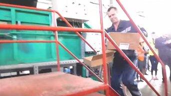 Уничтожение санкционных продуктов в Санкт-Петербурге. Видео