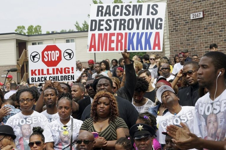 Протесты в Фергюсоне в знак памяти Майкла Брауна - 18-летнего афроамериканца, застреленного белым полицейским