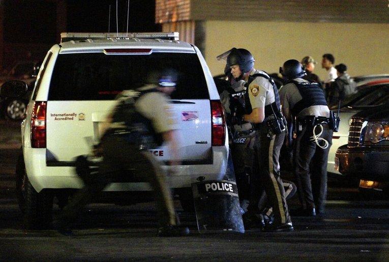 Протесты в Фергюсоне в день годовщины со дня смерти Майкла Брауна - 18-летнего афроамериканца, застреленного белым полицейским
