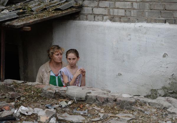 Жители Иловайска перед входом в подвал, в котором они прячутся от обстрелов