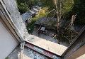 Жители Иловайска во дворе разрушенного в результате обстрела жилого дома