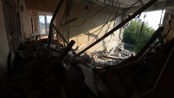 Разрушенные в результате обстрела помещения в здании строительного управления в Иловайске