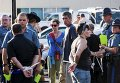 Демонстранты в Фергюсоне, где продолжаются протесты в связи с годовщиной гибели подростка-афроамериканца Майкла Брауна от рук полицейского