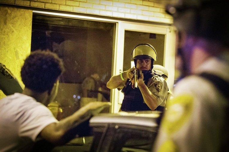 Полицейский в Фергюсоне, где продолжаются протесты в связи с годовщиной гибели подростка-афроамериканца Майкла Брауна от рук полицейского