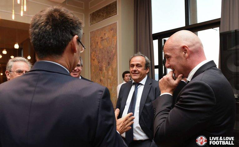 Президент УЕФА Мишель Платини (в центре) в Тбилиси, где 11 августа пройдет матч за Суперкубок УЕФА