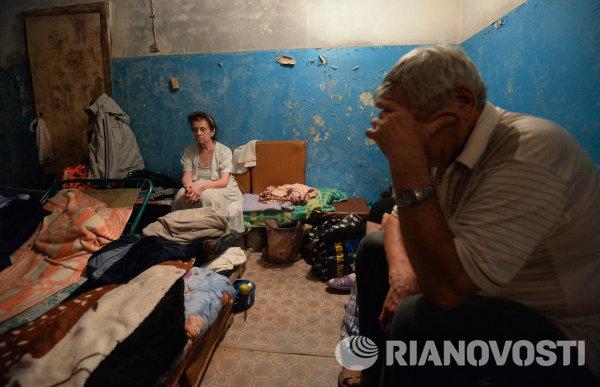 Жители Иловайска в подвале жилого дома спасаются от обстрела