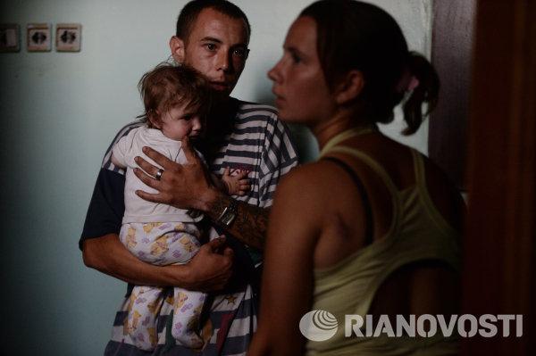 Молодая семья спасается от обстрелов в Иловайске