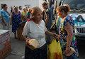 Жители Иловайска разбирают привезенный в город хлеб