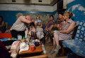 Пожилые жители Иловайска в подвале жилого дома спасаются от обстрела