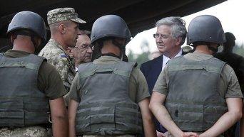 Министр обороны Великобритании Майкл Фэллон на учениях в Житомирской области