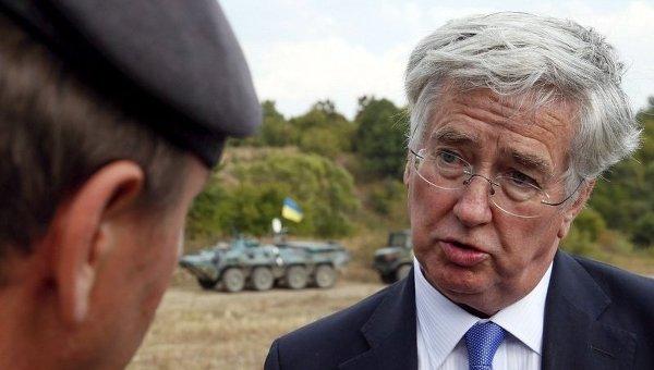 Министр обороны Великобритании Майкл Фэллон на учениях в Житомирской области. Архивное фото
