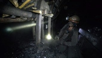 Шахтер в забое на шахте имени С.П. Ткачука в городе Харцызске на Донбассе