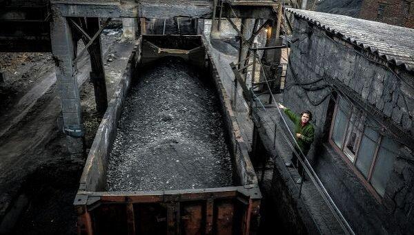 Отгрузка угля в вагоны на шахте имени Челюскинцев в Донецке