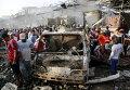 Местные жители на месте взрыва грузовика на переполненном рынке в Багдаде