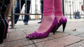 Девушка в розовых туфлях