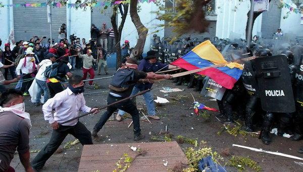 Столкновения демонстрантов с полицией во время марша в Кито, Эквадор