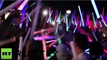 Тысячи фанатов Звездных войн устроили битву на световых мечах в Нью-Йорке