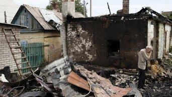 Житель Донецка плачет за-за разрушенного дома