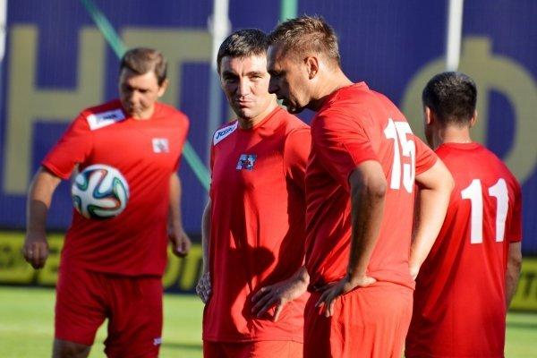Александр Хацкевич (в центре) на матче памяти футболиста Сергея Закарлюки, погибшего в ДТП